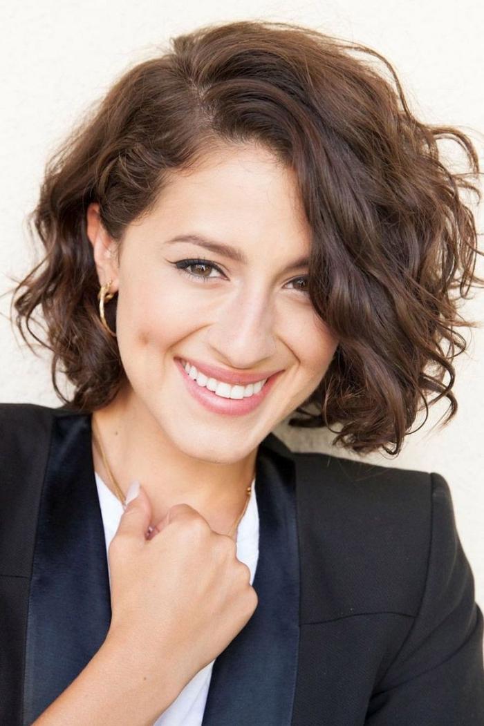 look élégant avec une coupe de cheveux courte pour femme, comment coiffer les cheveux courts avec boucles naturelles