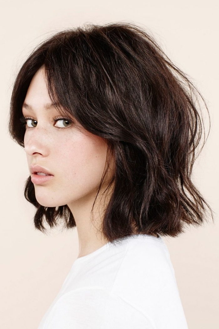 modèle de coupe de cheveux femme courts avec carré plongeant mi long de couleur noire et ondulations wavy