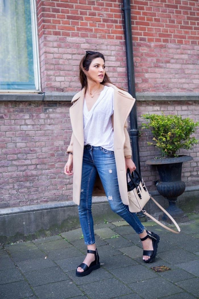 look chic avec jeans et manteau long de couleur noir combinés avec accessoires modernes comme une paire de sandales compensées noires