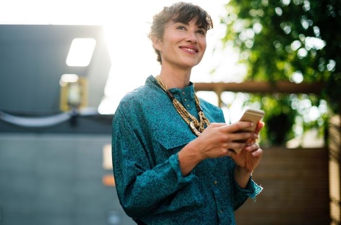 modèle de chemise stylée à design glitter turquoise combinée avec un collier ethnique en or et marron