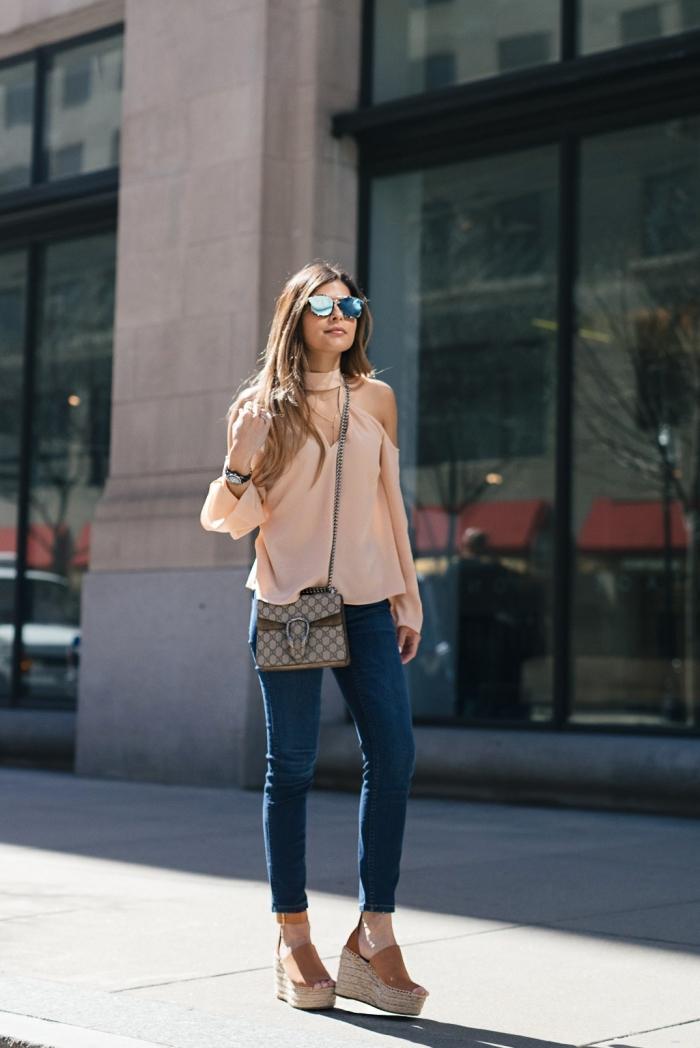 modèle de chaussure été femme en version sandales compensée de couleur beige et marron combiné avec jeans