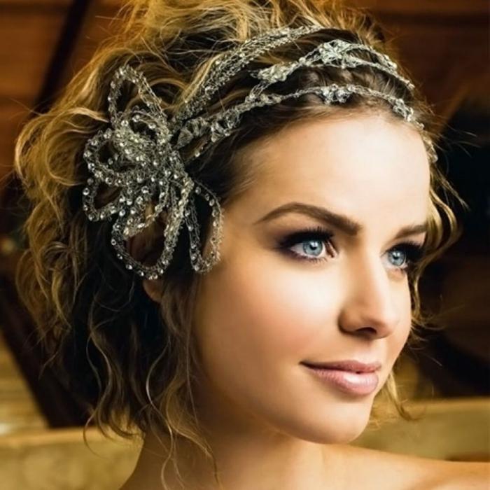 coiffure mariage invitée, headband cheveux courts en tissu d'organza couleur argent, parsemé de petites pierres blanches brillantes, effet de toile d'araignée