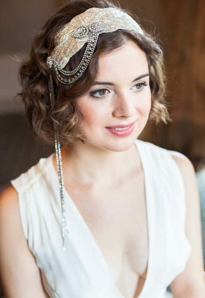 coiffure mariee, headband cheveux courts en style vintage avec des chaines délicates qui descendent sur un cote du visage, carré châtain, idée coiffure mariage
