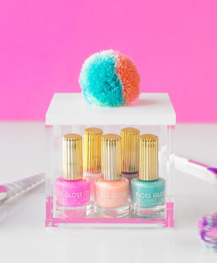 idée comment ranger ses accessoires de beauté et de maquillage avec boîte transparente à couvercle et déco avec pompons