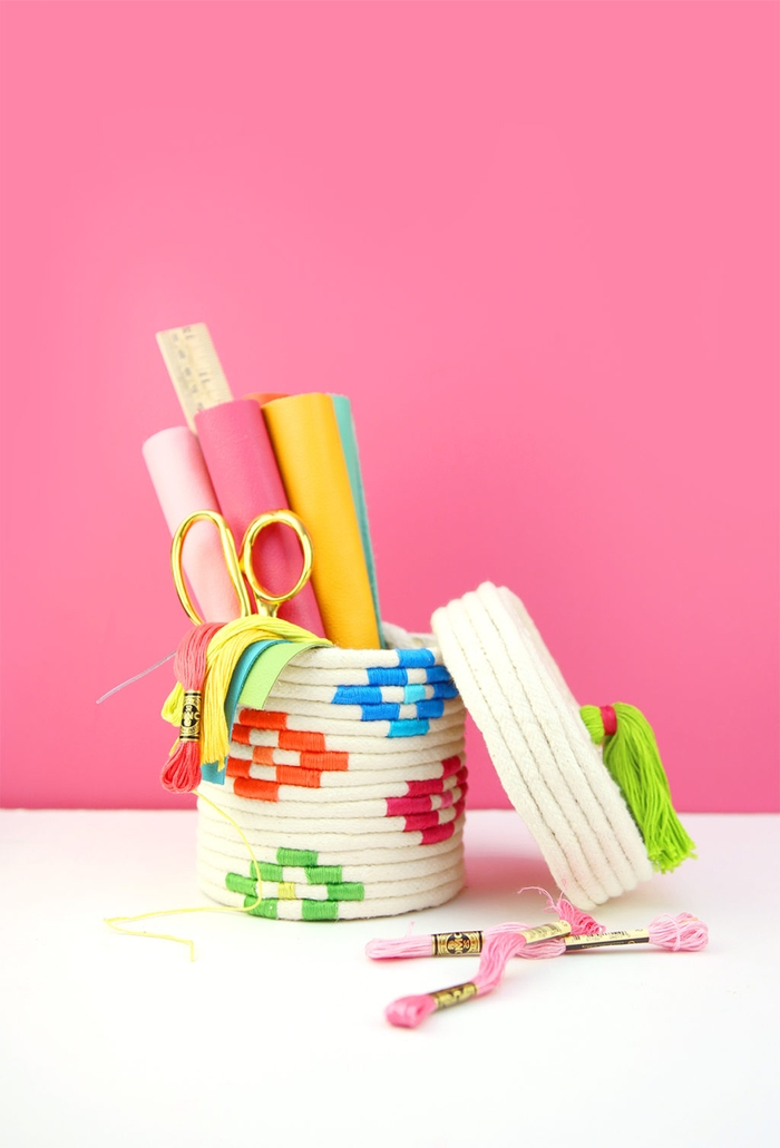 jolie boîte en papier recouverte de corde et décorée de motifs ethniques colorés réalisés en fil à broder, activité manuelle fete des meres pour réaliser un panier de rangement personnalisé