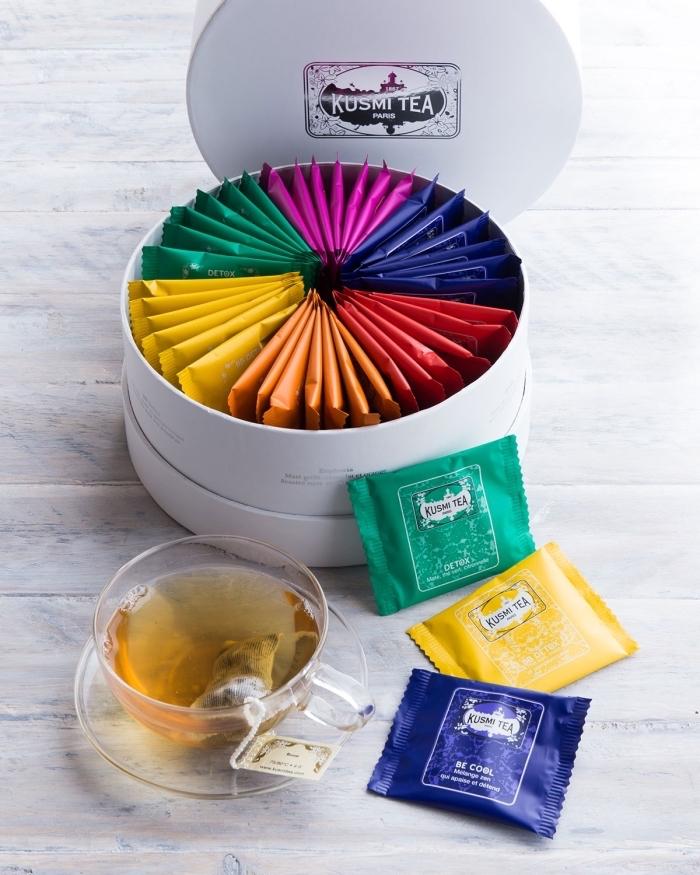 fantastique idée cadeau femme 60 ans en forme de boîte blanche remplie de packs de thé en différentes couleurs