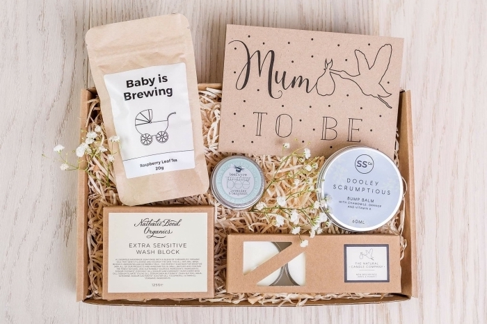 collection de produits de peau hydratants et bougies aromatiques à offrir à une mère future pour la fête des mamans