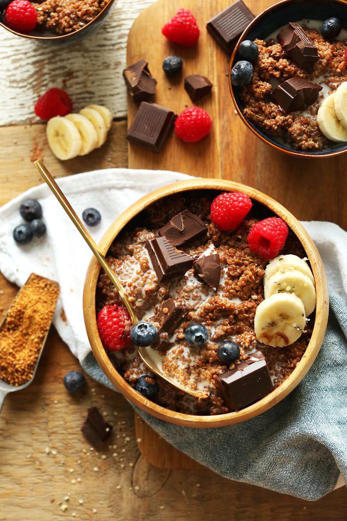 idée petit déjeuner équilibré et gourmand, recette de porridge réconfortant aux graines de chia, chocolat noir, fruits rouges et banane
