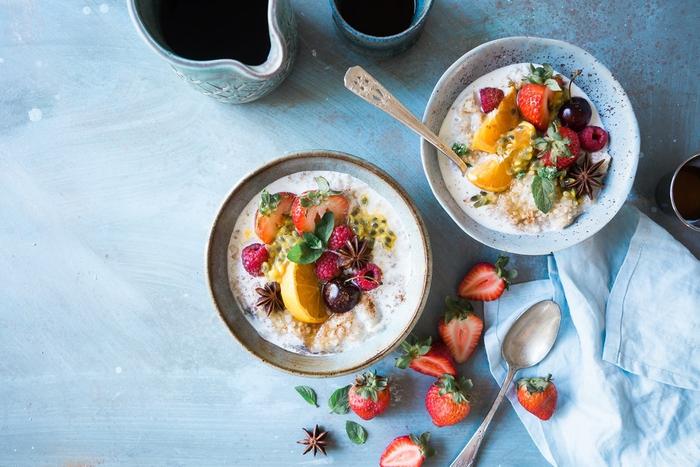 quoi manger au petit déjeuner pour faire le plein d'énergie, recette de bol de smoothie plein de vitamines et d'antioxydants