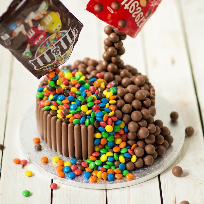 Gâteau avec genoise au chocolat recette de gateau d'anniversaire chouette idée décoration avec bonbons