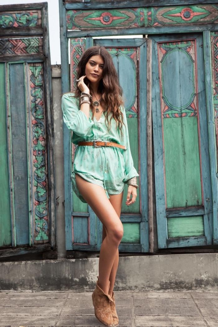 modèle de santiags en velours de couleur camel combinés avec ensemble à shorts de couleur verte avec ceinture camel