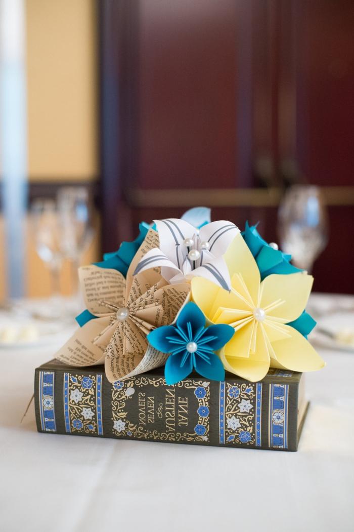 idée pour une déco de table de mariage en origami, apprenez à réaliser une origami fleur kusudama afin de composer un mini-bouquet éternel