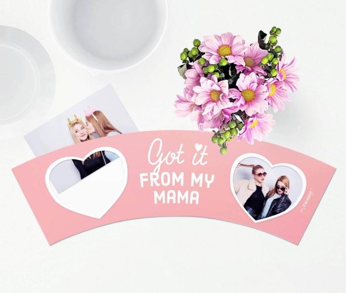 photoshoot amusant pour une idée cadeau maman originale et personnalisée, bouquet de fleurs roses et vertes