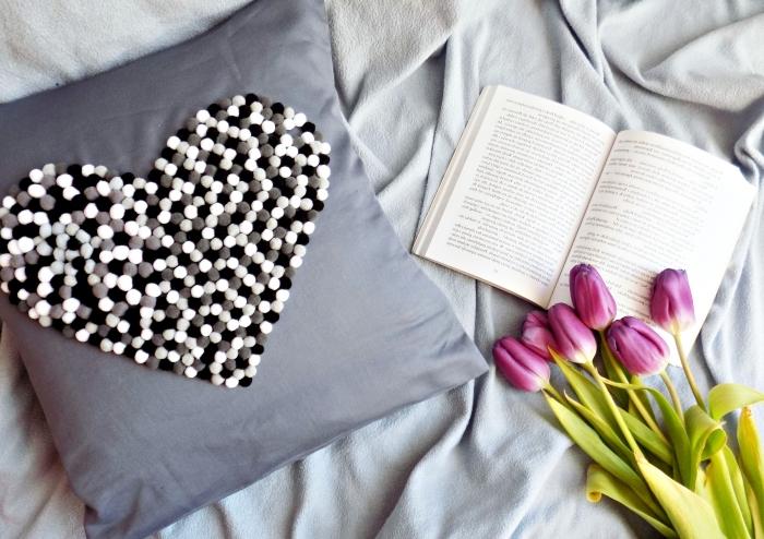 aménagement ambiance cocooning dans la chambre à coucher fille avec couverture de lit gris clair et coussin diy