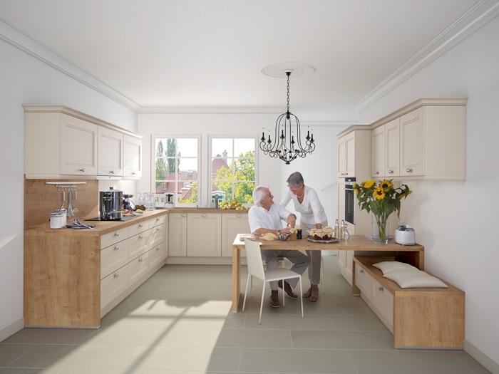 idée comment aménager une jolie cuisine en couleur blanc et beige avec meubles à finition bois clair et lustre en fer forgé