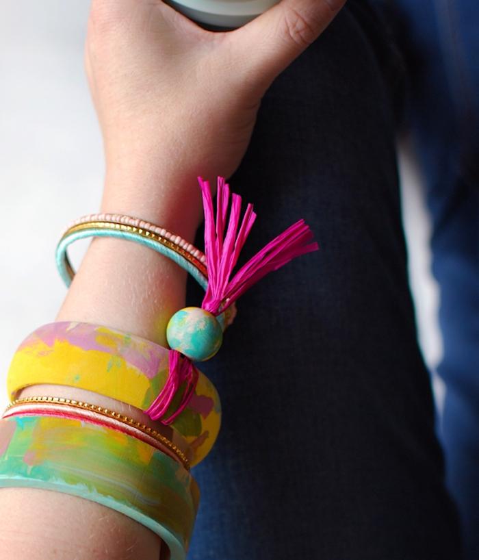 accessoire femme, un bracelet en bois décoré de peinture, cadeau fête des mères à fabriquer soi meme