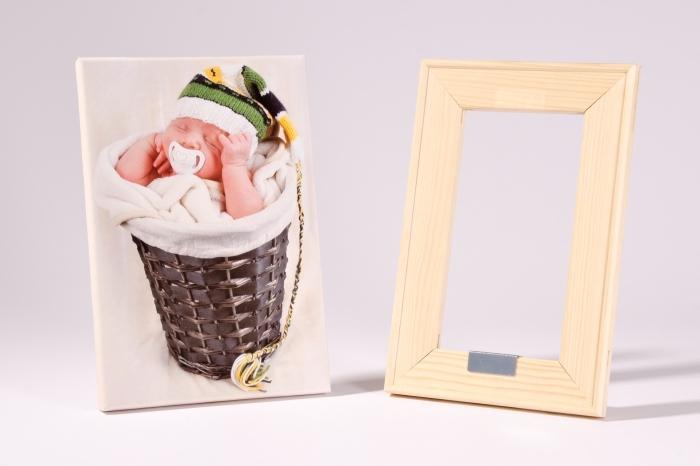 décoration mignonne avec une photo de bébé sur toile à mettre dans un cadre de photo de bois clair