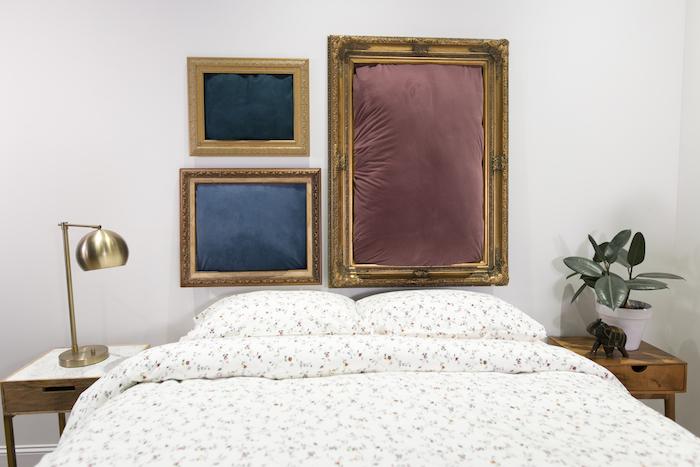 cadres dorés vintage avec tissu, linge de lit blanc décoré de petites fleurs sur un mur blanc, table de nuit bois