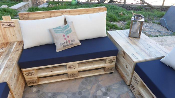 salon de jardin en palette, table de jardin en palette, meubles aux matelas bleu et grands coussins ivoire, coin causette, soirées d'été conviviales