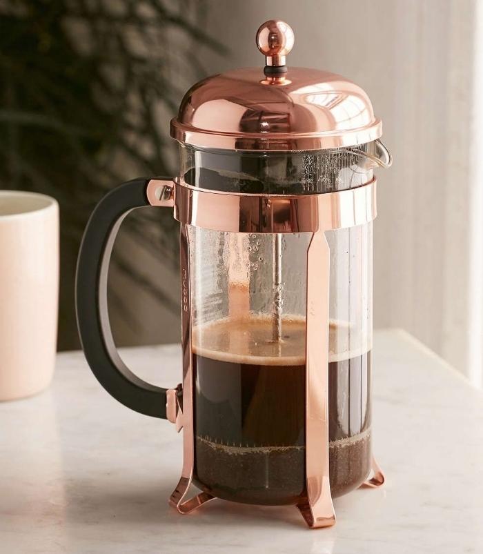 modèle de cafetière en rose gold à offrir à une femme qui aime se préparer le café soi-même, idée cadeau maman parfait