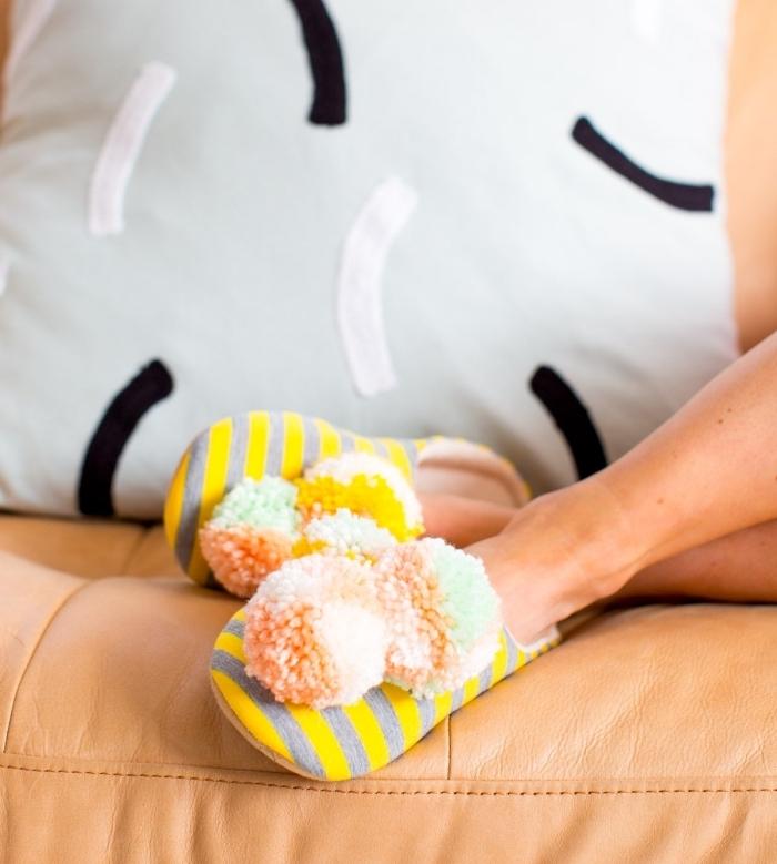 créer une ambiance cocooning à la maison avec une activité manuelle facile, paire de pantoufle diy décorés de pompons pastel