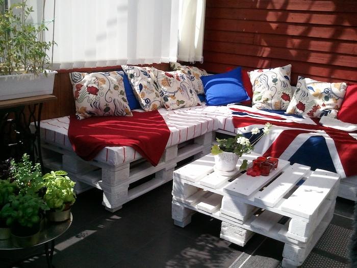 modele de terrasse couverte avec meubles de jardin palette repeinte en blanc, table basse et canapé d angle, deco style britannique