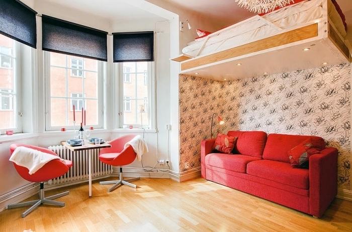 optimisation de l'espace dans un petit studio étudiant avec meubles escamotables, déco chaleureuse en bois et rouge