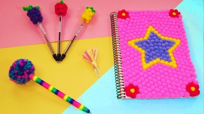 accessoires d'école personnalisés avec petits pompons de laine, carnet étudiant avec couverture à design étoile