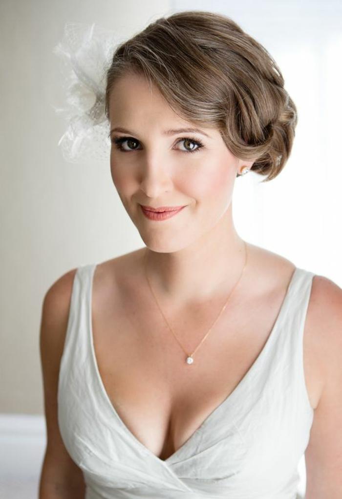 coupe de cheveux courte, coiffure mariage cheveux courts, décoration en grand fleur en tissu, idée coiffure mariage, ondulations sur le coté avec la raie latérale