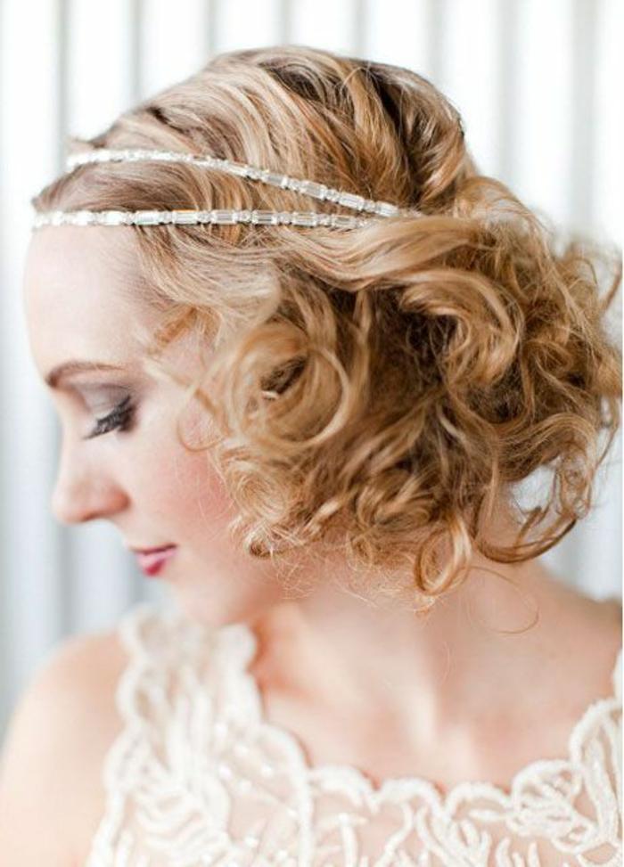 headband cheveux courts en métal doré en style rétro, robe en dentelle en couleur ivoire, coiffure femme mariage, coiffure mariee