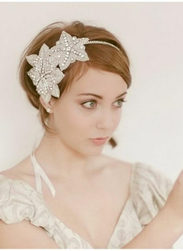 coupe au carré en couleur blonde, coiffure mariage cheveux courts, diadème en couleur bronze avec trois grandes étoiles en tissu bronzé avec des pierres blanches