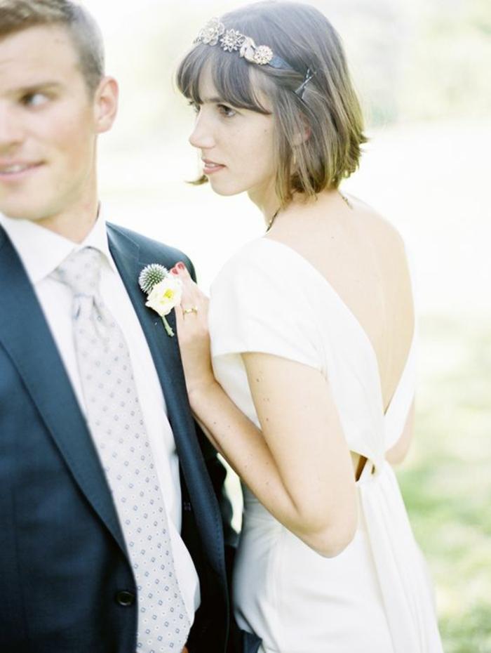 idée coiffure mariage, coiffure mariage invitée, diadème de fleurs des champs retenu avec des barrettes des deux cotes, coiffure mariage cheveux courts