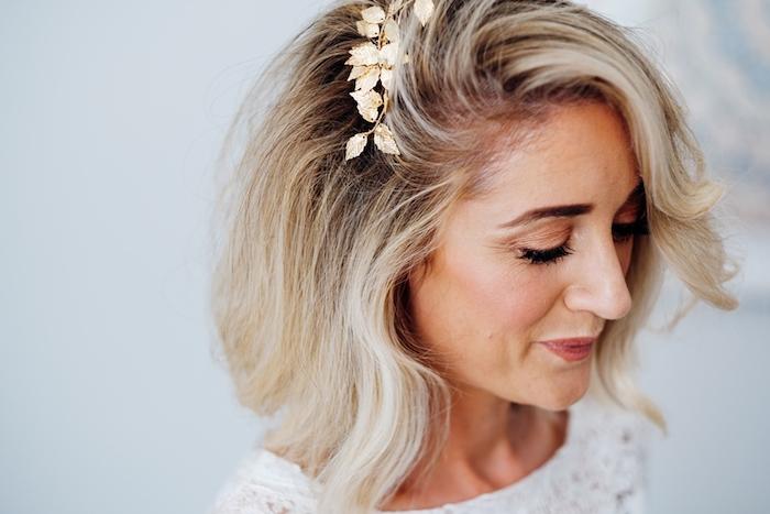 quelle coiffure cheveux carré de mariée, exemple de mèche de côté ondulée et mèches blondes, bijou de cheveux branche dorée