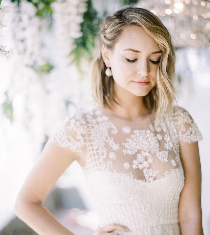 carré plongeant bouclée avec une mèche longue de côté du visage et mèche attachée de l autre côté, robe de mariée élégante