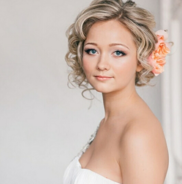 carré aux mèches blondes avec grande rose couleur pêche dans les cheveux, chic simple, coiffure mariage cheveux court, coiffure mariee