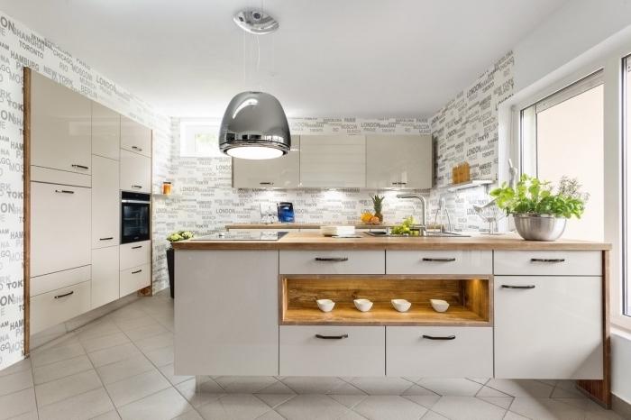 comment transformer une pièce avec papier peint original à design lettres grises, cuisine équipée d'un ilot central en blanc et bois