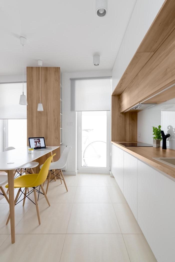 modèle meuble plan de travail cuisine avec armoires blanches à ouverture automatique et comptoir de bois stratifié clair