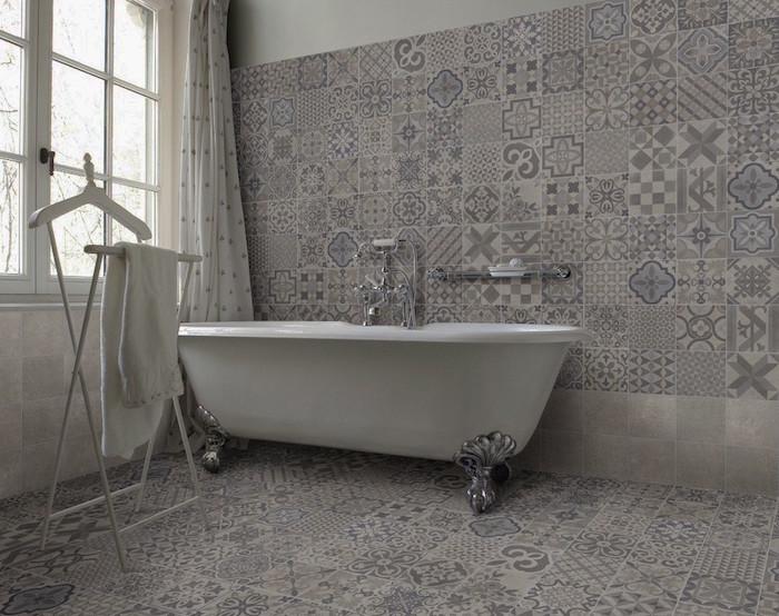 idée déco salle de bain carrelage gris art déco sur le sol et les murs avec baignoire vintage