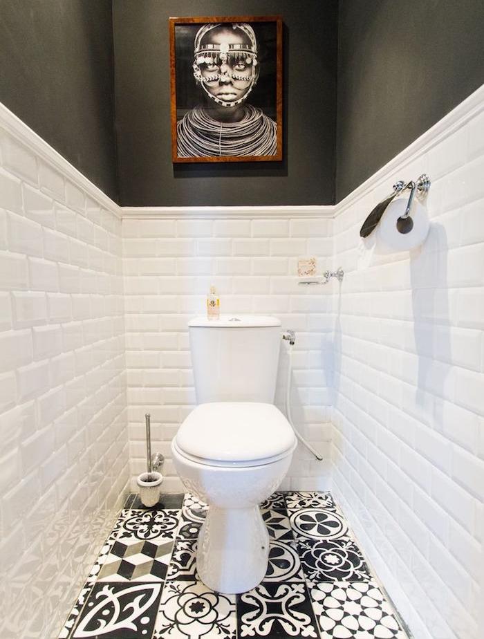 déco toilettes blanc et noir avec faience et peinture gris anthracite et sol carrelage décoré