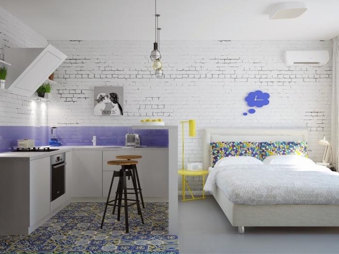 intérieur moderne dans un studio aménagé en style industriel avec murs en briques blanches et jolis accents vibrants en jaune et violet