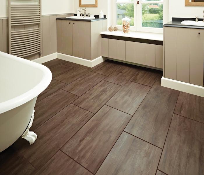 modèle de carrelage deco salle de bain imitation parquet foncé en bois