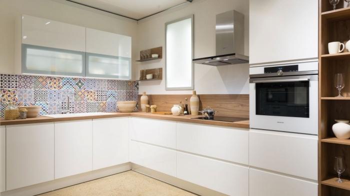 exemple de crédence cuisine tendance aux carreaux de ciments colorés, meubles haut cuisine en blanc laqué et verre mate