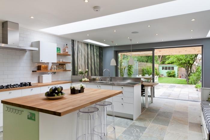 idée décoration moderne dans une cuisine ouverte avec plafond suspendu à éclairage led et au carrelage à design naturel