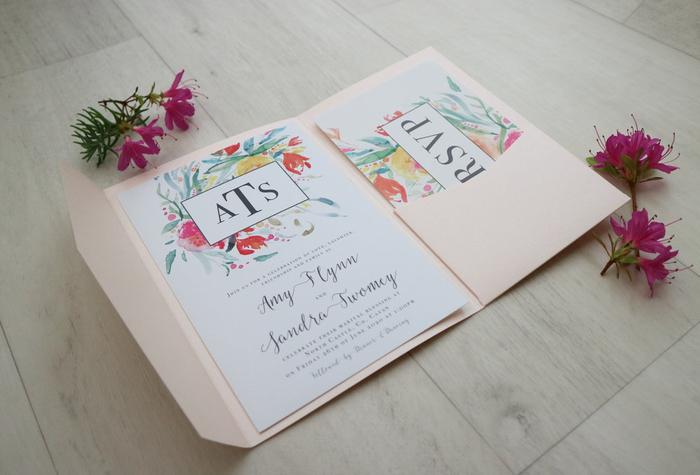 faire part mariage boheme à motif fleurs à l'aquarelle associé à un monogramme personnalisé