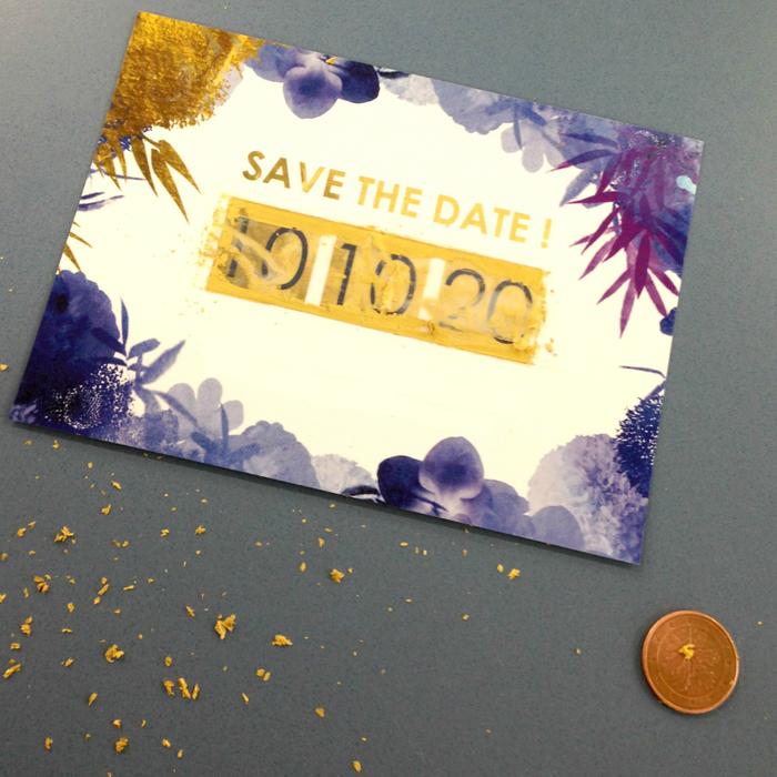 annoncez la nouvelle du mariage avec un faire part original à gratter, agrémenté d'un joli motif floral en or et violet