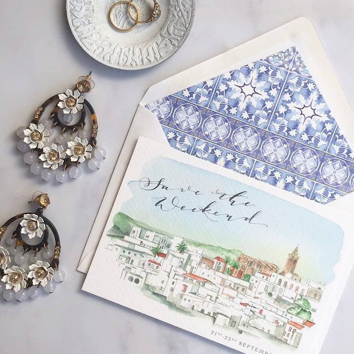 idée originale pour un faire part boheme chic imitant une carte postale avec un joli paysage à l'aquarelle