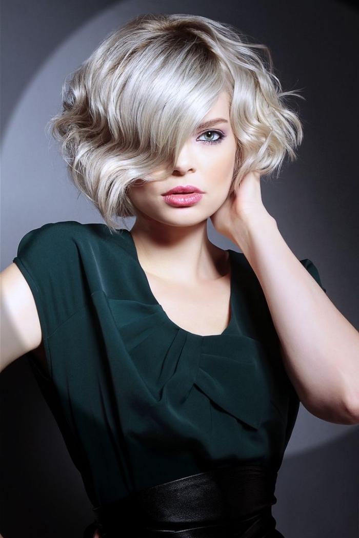 carré plongeant bouclé pour cheveux tendance actuelle, modèle de coupe femme en dégradée avec frange longue sur le côté