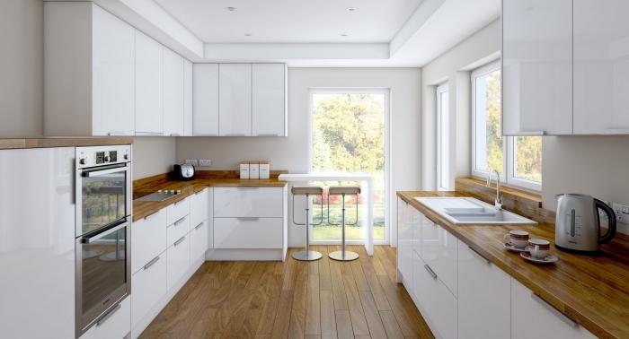 exemple de cuisine aménagée en bois foncé et blanc avec meubles fonctionnels de couleur blanche laquée