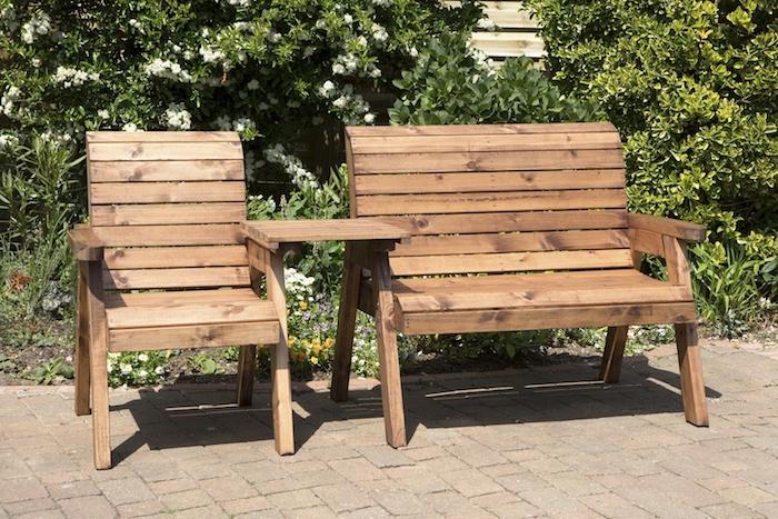 exemple de chaise et fauteuil en palette de bois marron dans un jardin végétalisé, coin repos en plein air