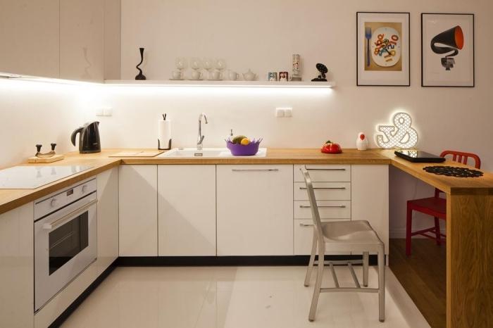 modèle de design intérieur moderne aux murs blancs et meubles de bois clair avec éclairage sous meubles